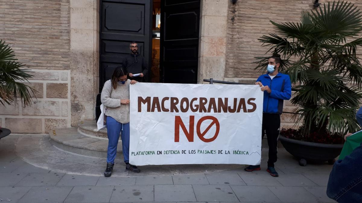 Pancarta desplegada junto al Ayuntamiento de Borja, esta tarde.