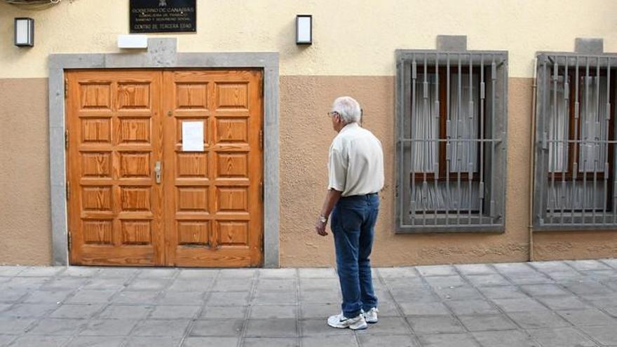 El concejal abre las puertas del centro de mayores para que se celebre el baile