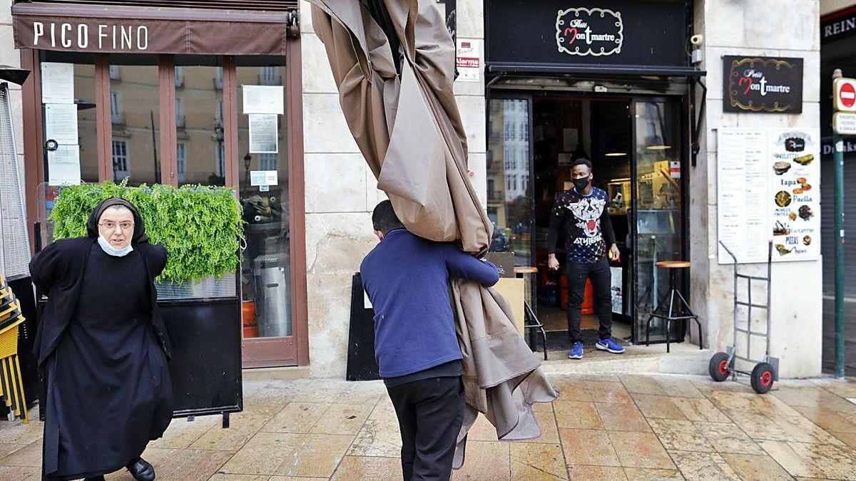 Restricciones en la Comunitat Valenciana: los bares están ya obligados a cerrar a las 5 de la tarde.