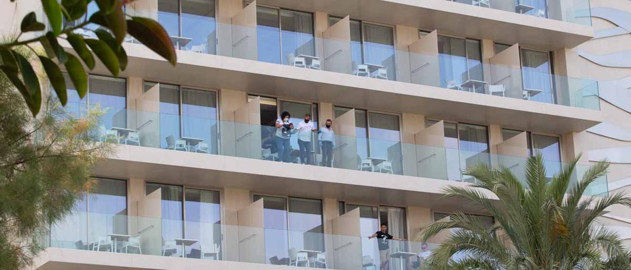 Los investigadores en el balcón de la habitación donde se alojaba la pareja.