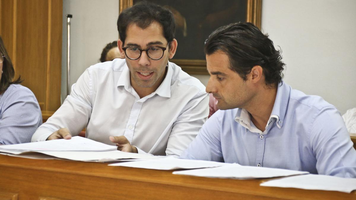 Luisma Pizana, director de Esatur Services y el alcalde de Torrevieja, Eduardo Dolón, durante un pleno en el anterior mandato como ediles de la oposición