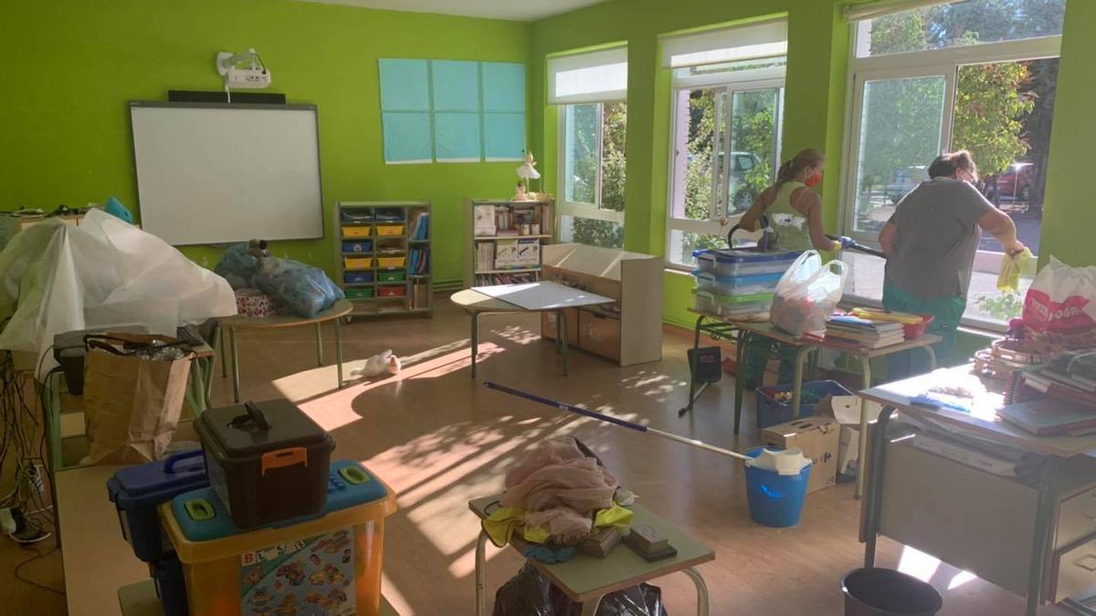 Tareas de limpieza y desinfección en la escuela de Arcenillas.