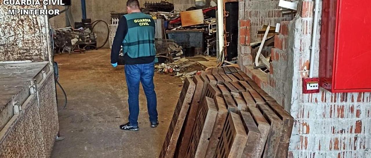 Las tapas recuperadas por la Guardia Civil en Benissa.
