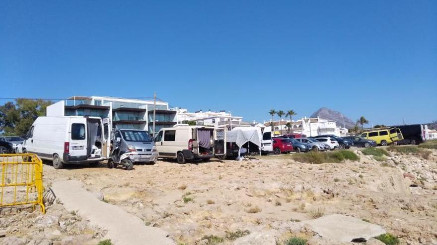 Turistas con la casa a cuestas toman la costa de la Marina