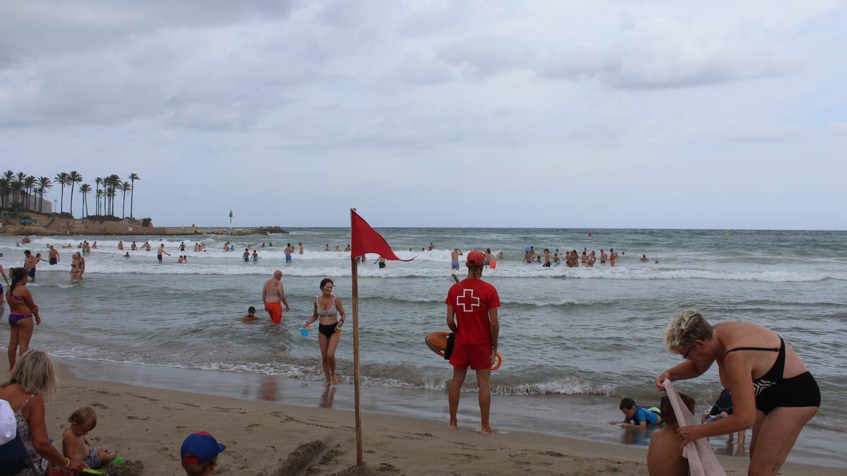Un socorrista de la Cruz Roja vigila la playa del Arenal