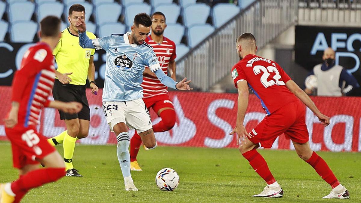 Brais Méndez, ayer, rodeado de jugadores del Granada, intenta disparar a portería. |  // RICARDO GROBAS