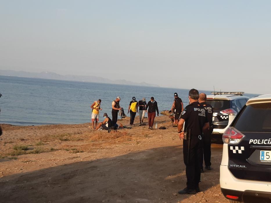 Tripulantes de una patera tras llegar a la playa de El Rafal, en La Marina de Cope.