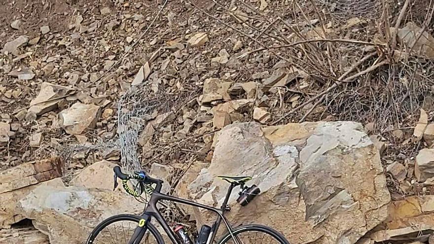 Un ciclista se libra por metros de ser golpeado por un argayo en Levinco