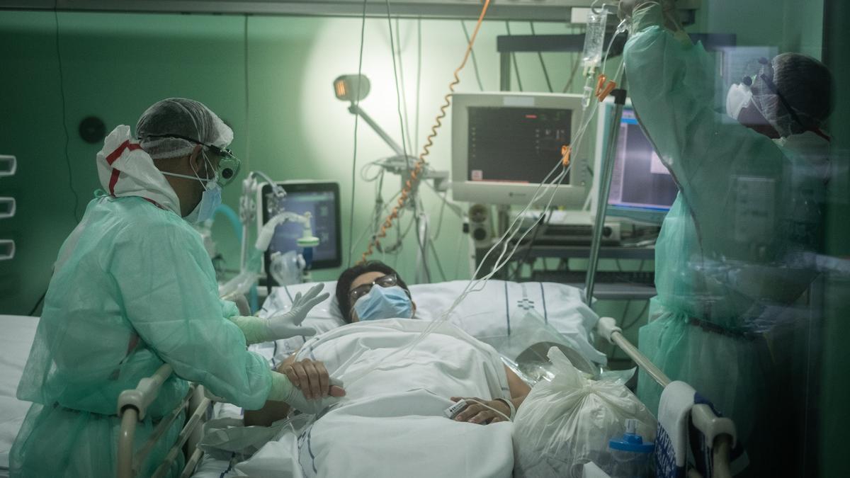 Un paciente ingresado en Tenerife es atendido por dos sanitarios