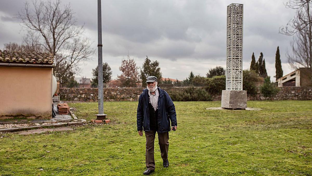 Coomonte junto a la escultura que se colocará mañana. | Emilio Fraile