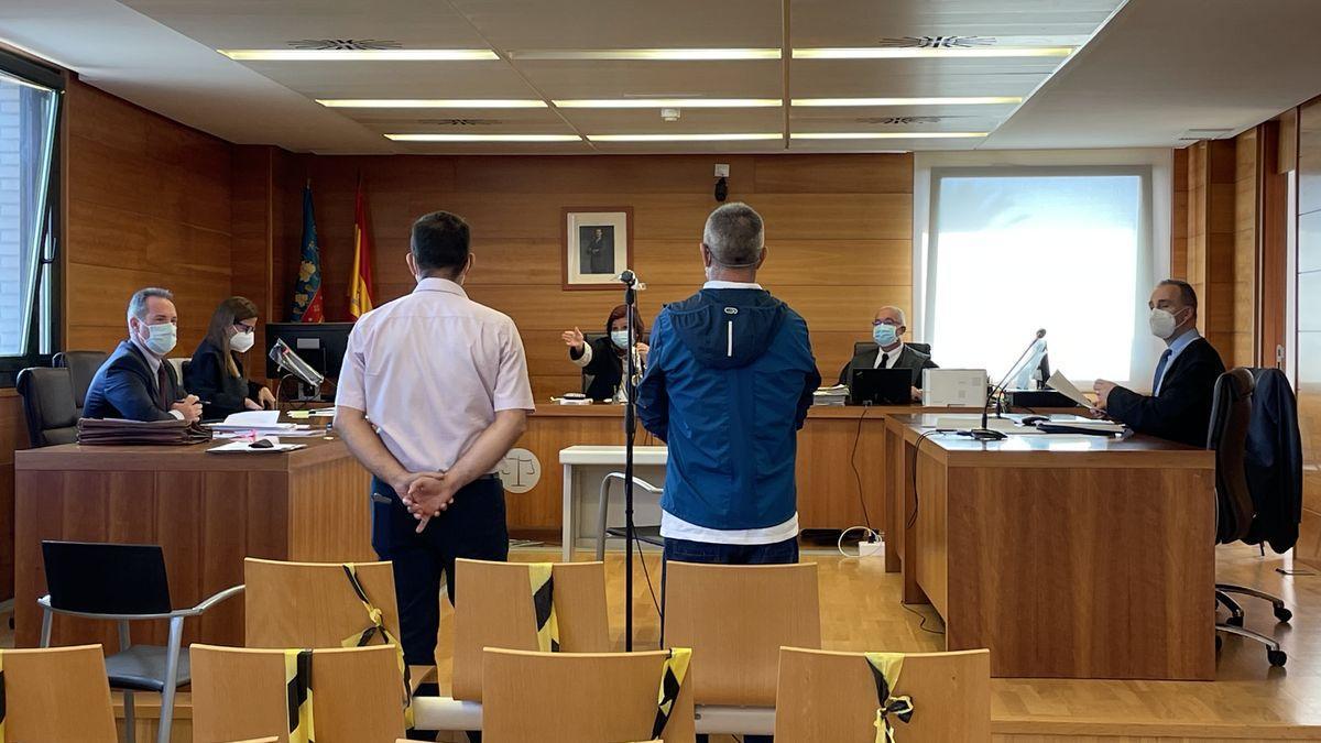 El acusado (con chaqueta azul), asistido por el intérprete de rumano.