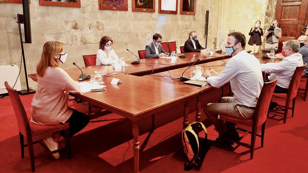 Imagen de la reunión celebrada ayer entre la presidenta Armengol, dos de sus consellers y representantes de los agentes sociales de las islas.