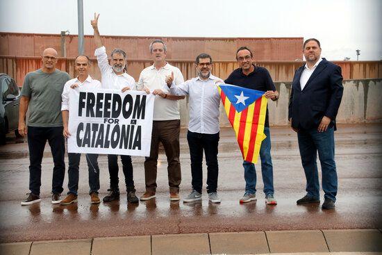 Els set presos independentistes de Lledoners a les portes del centre penitenciari.JPG
