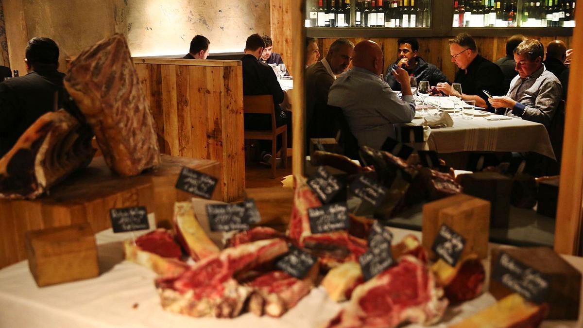 ELS ALIMENTS I EL BEURE a través de la saviesa popular. 1 Un grup de persones a l'interior d'un restaurant; algunes fan servir el mòbil mentre esperen el menjar. F    ELISENDA PONS