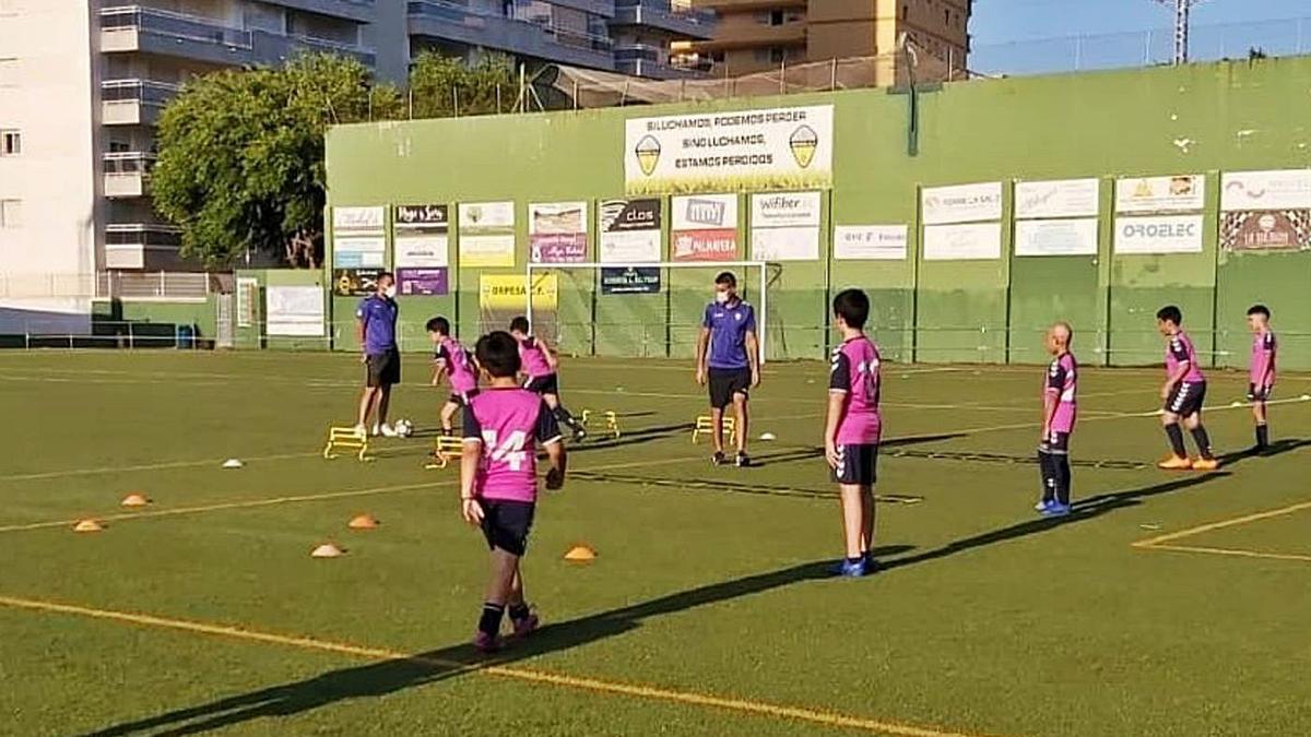 El plazo de ejecución de las obras para remodelar las instalaciones del campo de fútbol de Orpesa es de 10 meses.