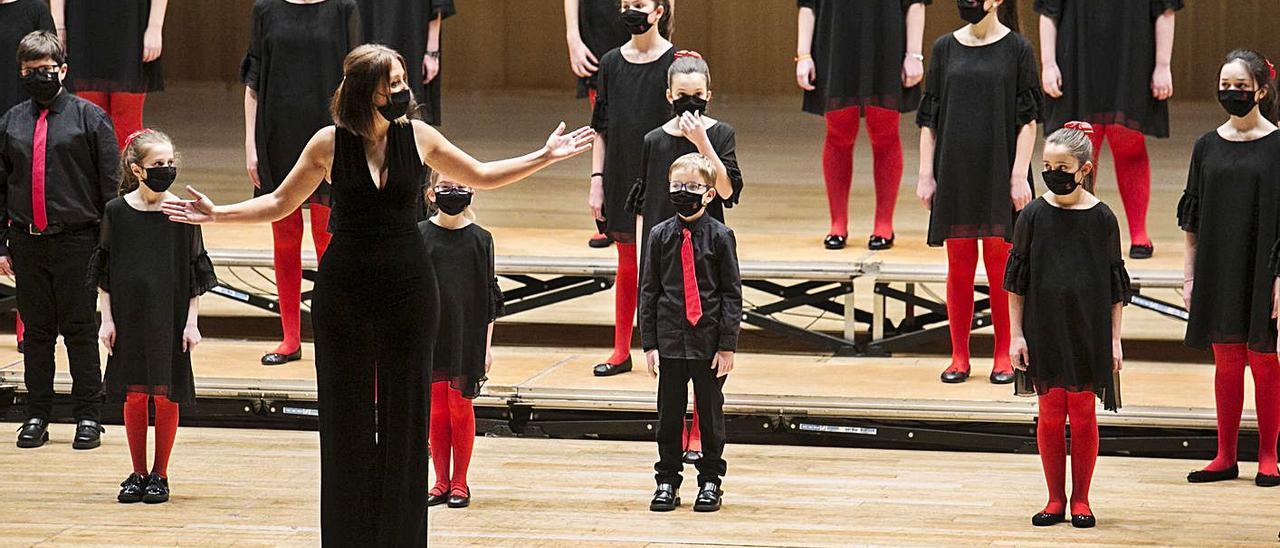 Elena Rosso, al frente del coro infantil luanquín, en el Auditorio Príncipe Felipe, en un concierto celebrado el pasado enero.   Irma Collín