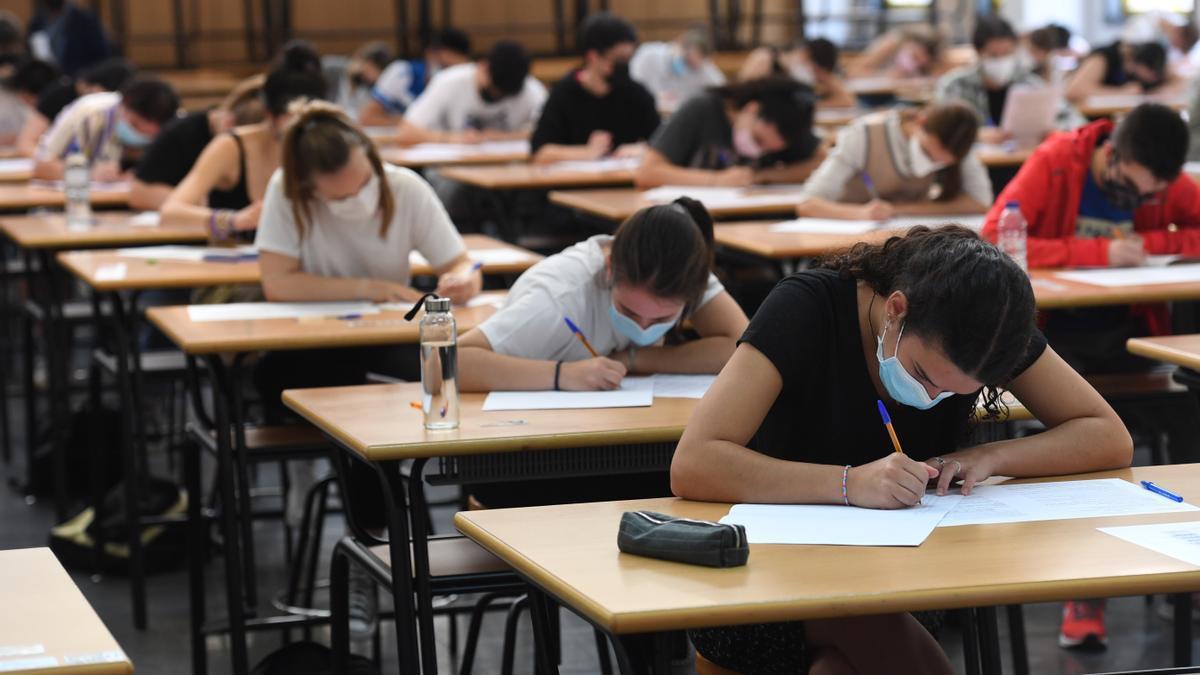 Alumnos durante un examen de Selectividad en el Campus de Elviña