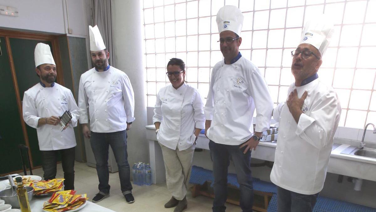 Chefs en un taller de cocina solidaria.