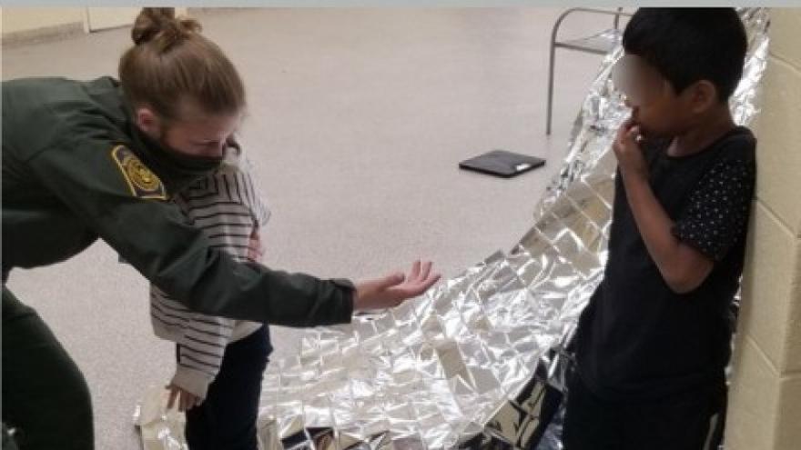 Rescatan a dos hermanos de 5 y 6 años en la frontera de EEUU y México