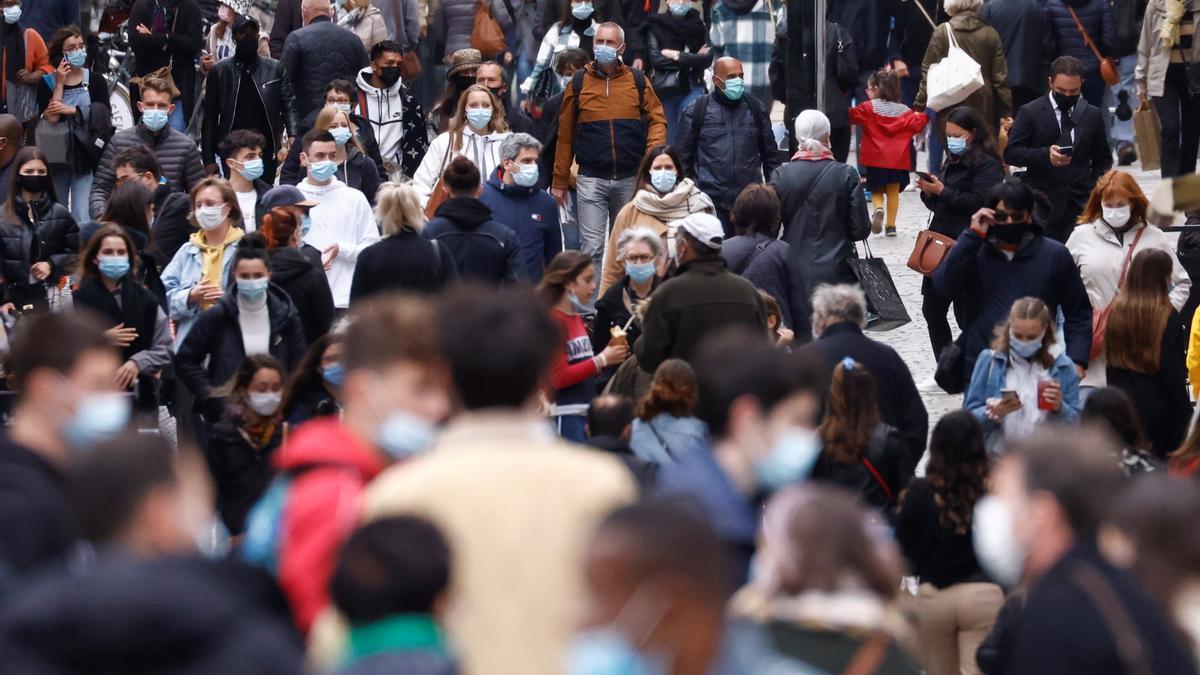 Personas con mascarillas en una calle de Nantes.