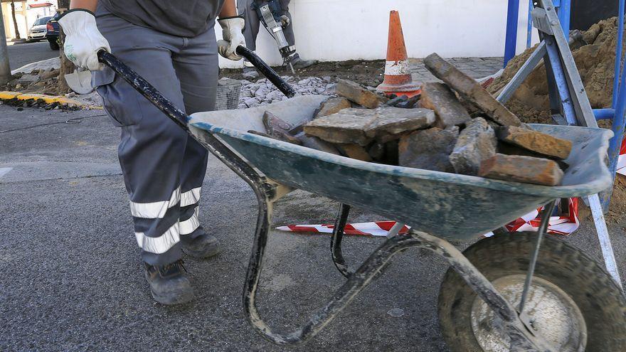 El paro registrado en Canarias desciende en julio en 20.374 personas