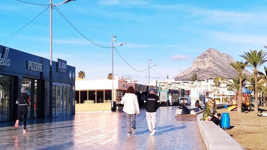 Café y cruasán en el murete de la playa del Arenal de Xàbia