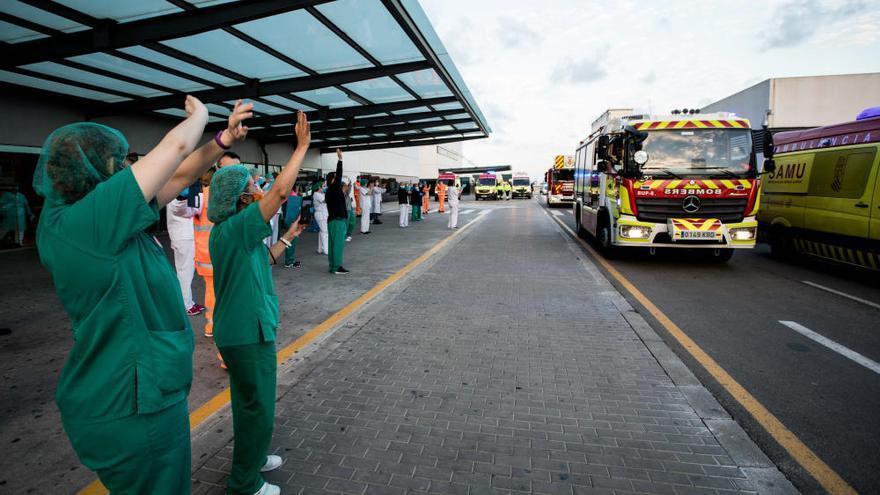 Decenas de ambulancias homenajean a un sanitario y a un médico fallecidos