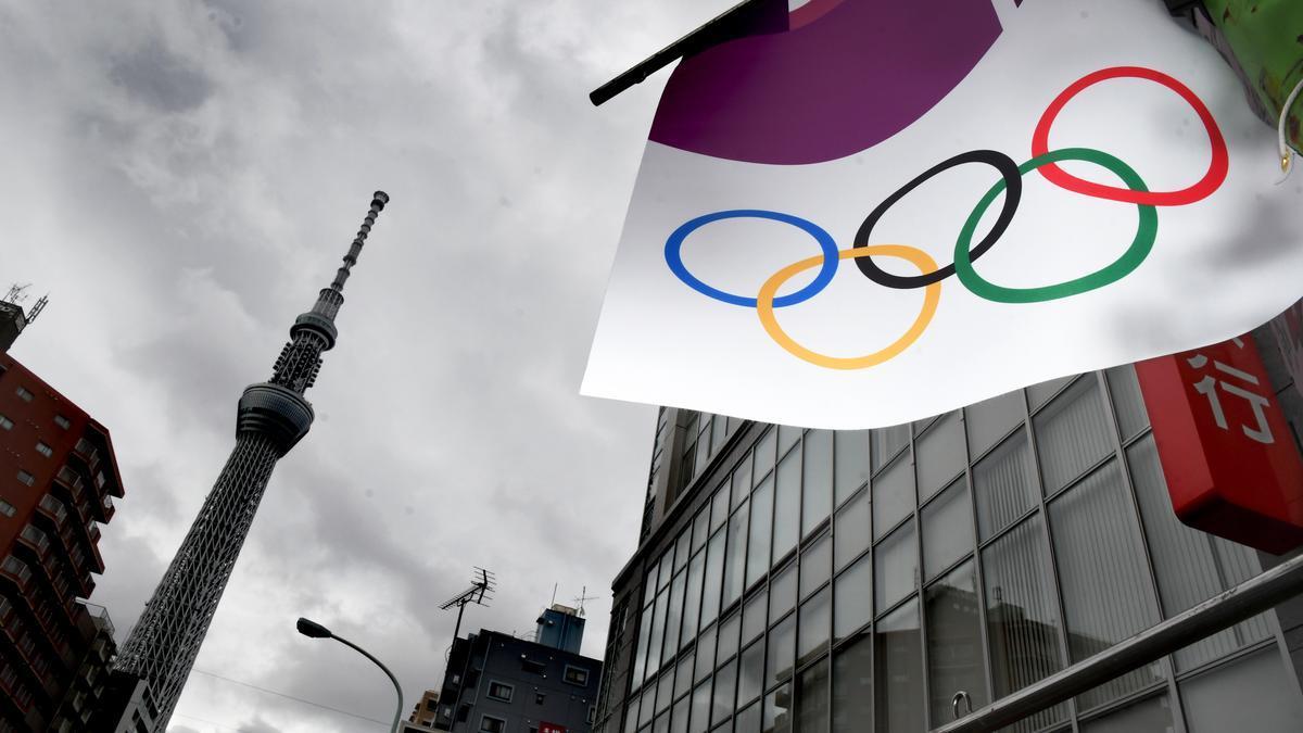 Bandera olímpica en Tokio.