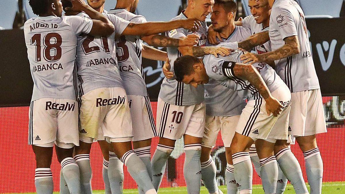 Los jugadores del Celta celebran el gol de Beltrán.