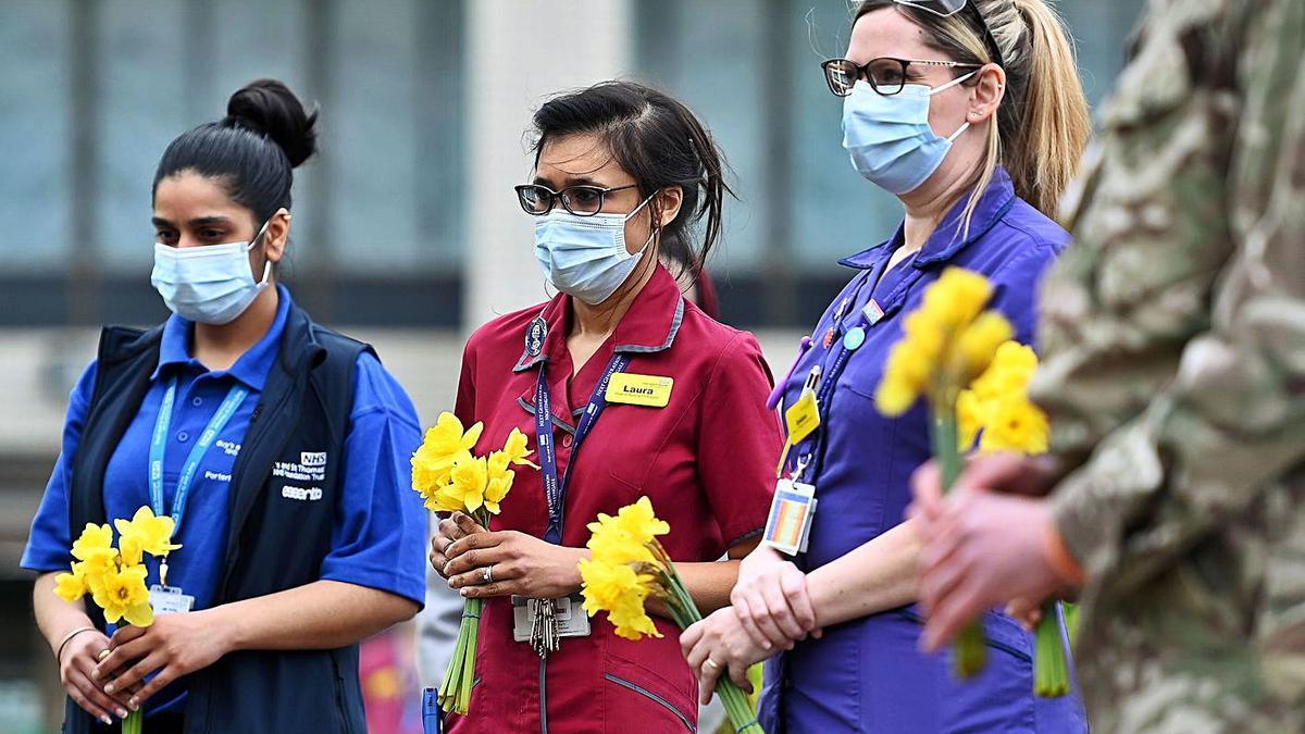 Los ingleses guardan un minuto de silencio. Reino Unido conmemoró ayer el primer aniversario del primer confinamiento impuesto en el país para contener la pandemia de COVID-19 con un minuto de silencio. La pandemia ha dejado en Reino Unido, hasta el momento, 126.284 fallecidos, 112 de ellos constatados durante las últimas 24 horas.    EFE