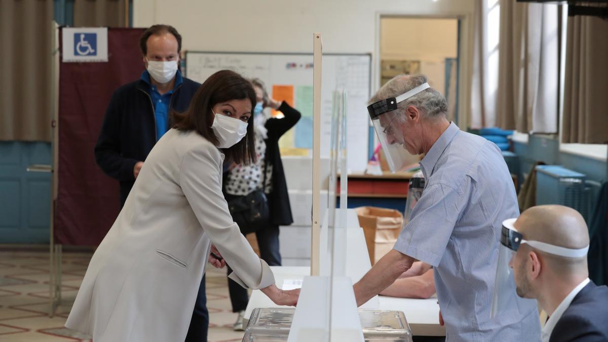 Hidalgo, depositando su voto en las legislativas francesas de 2020.