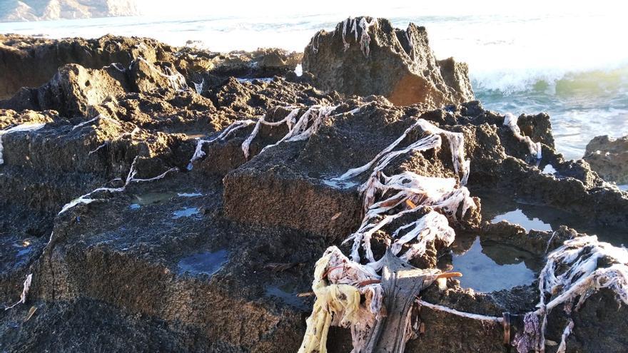 El temporal vuelve a sacar miles de toallitas en la costa de Xàbia