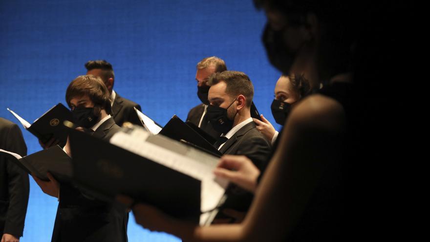 Los coros, en segundo plano
