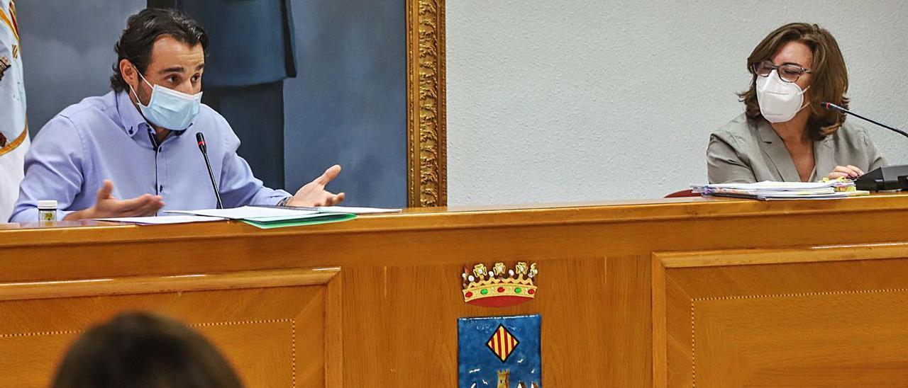Pleno del Ayuntamiento de Torrevieja, con el alcalde Eduardo Dolón, a la izquierda. | TONY SEVILLA
