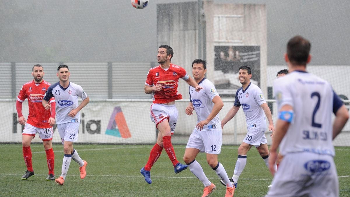 Javicho gana un balón por alto ante varios jugadores del Silva