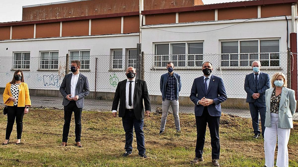 El alcalde, el conselleiro y otras autoridades, ayer en la parcela donde se construirá el nuevo centro.     //  L.O.