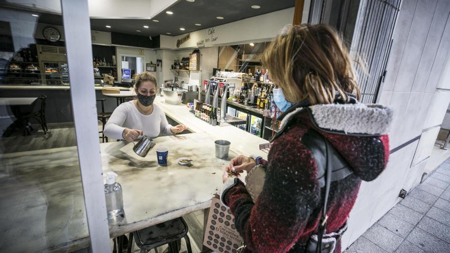 Los hosteleros tiran de ingenio para sobrevivir al cierre: cafés para llevar y reparto a domicilio