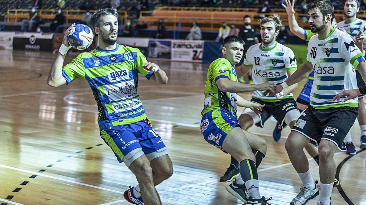 Guille, con el balón, en un partido en el Ángel Nieto. | Nico Rodríguez
