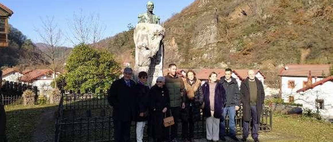 Reyes Güel, quinta por la izquierda, junto a la estatua de su bisabuelo.