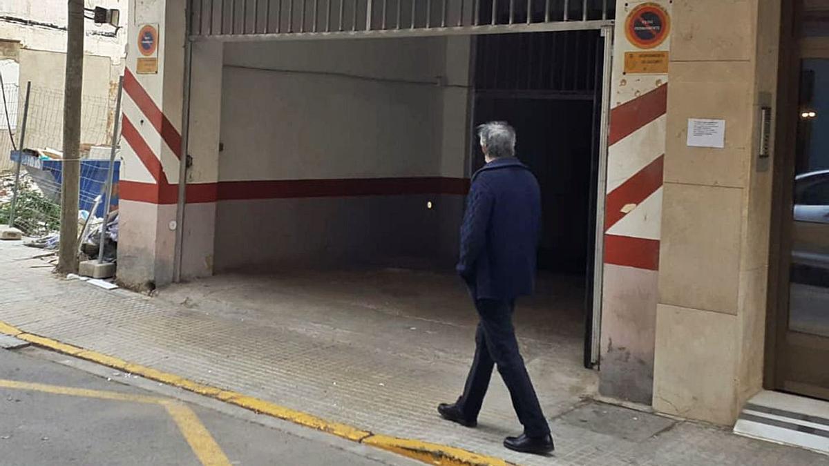 Puerta del garaje donde tuvo lugar el accidente en el Port de Sagunt.   M.M.C.