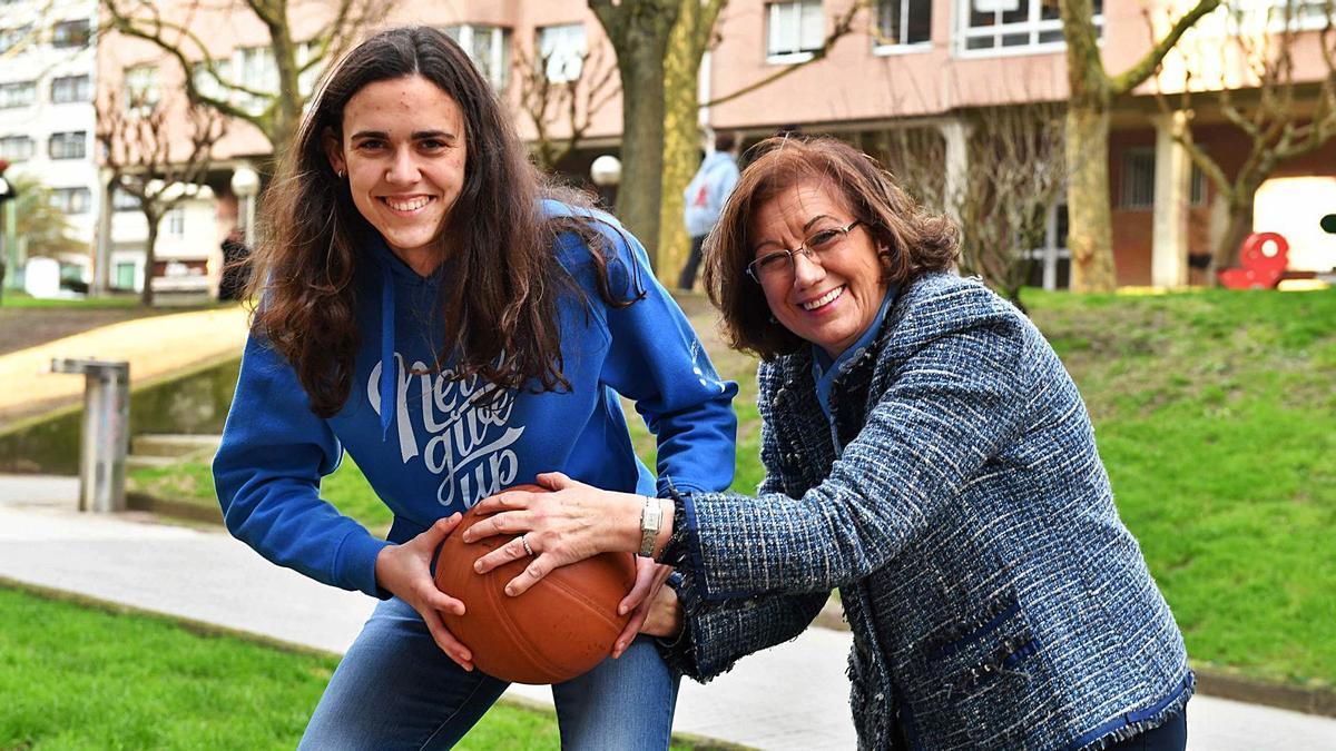 Eugenia Filgueira, jugadora del Maristas, junto a Ana Sánchez, una de las integrantes del laureado Medina.    // VÍCTOR ECHAVE
