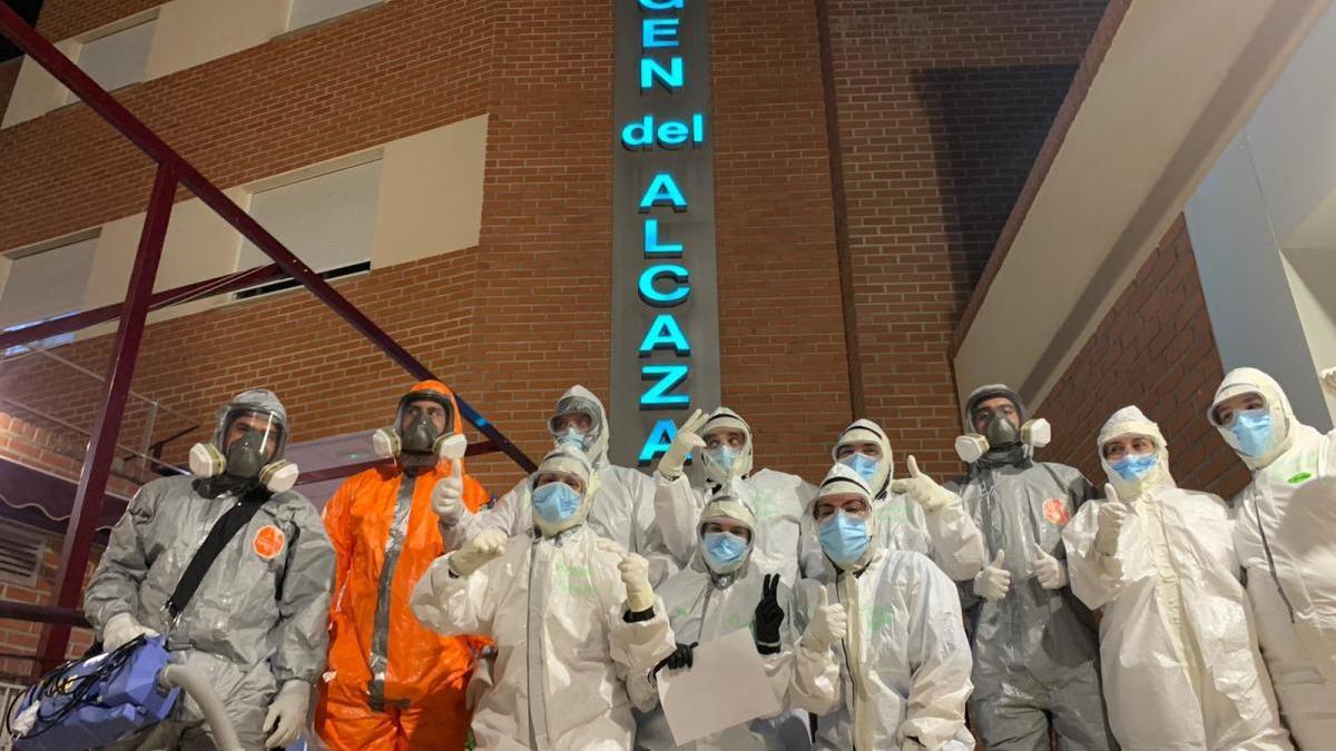 Grupo de trabajadores del centro hospitalario, con EPI.