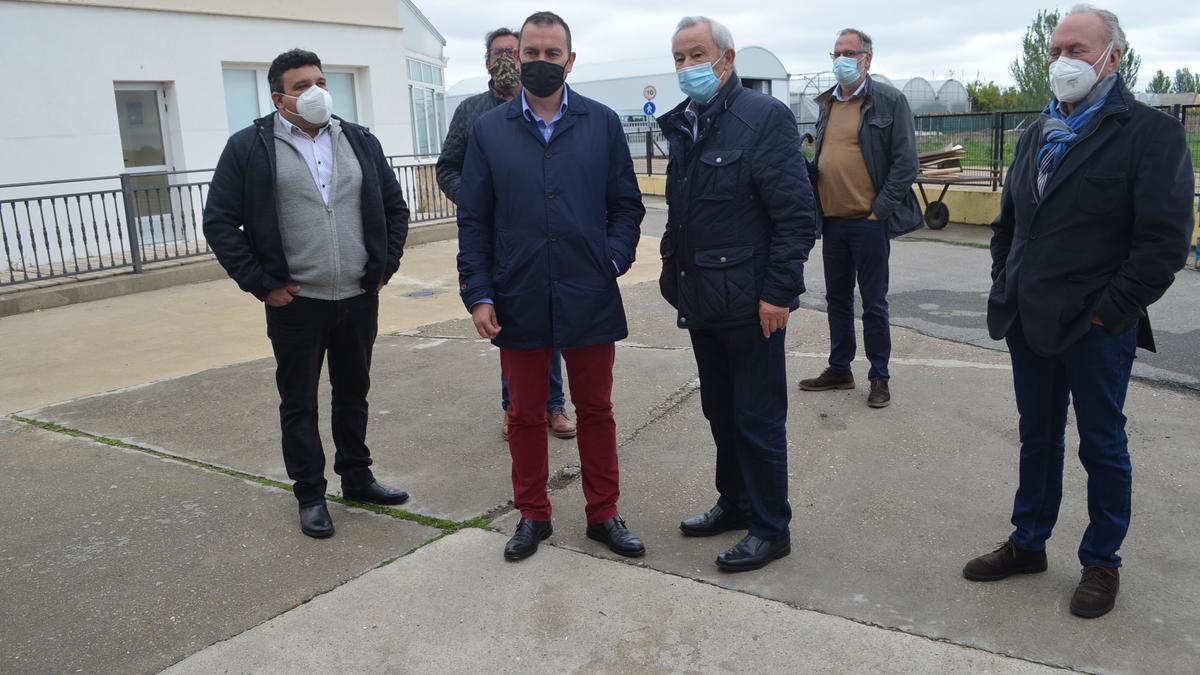 En el centro, el presidente de la Diputación (izquierda) y el presidente de Asprosub (derecha) visitando las instalaciones. / E. P.