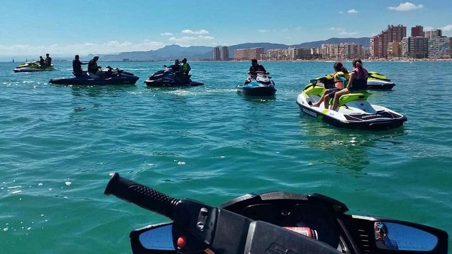La diversión acuática va como una moto   en la bahía de Cullera