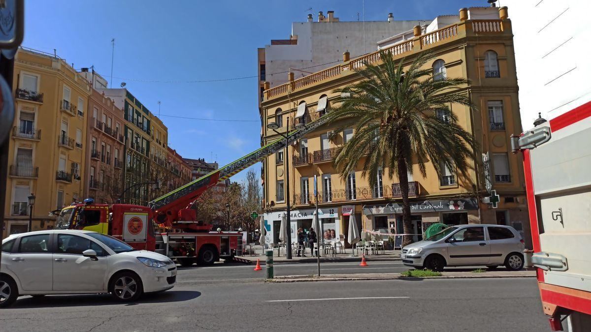 Momento del rescate de la mujer, con el vehículo de bomberos que permitió acceder a su balcón.