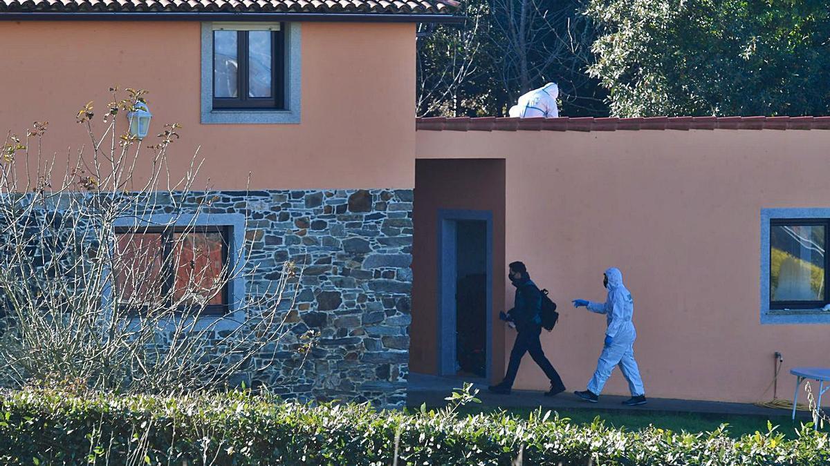 La Guardia Civil inspeccionan la vivienda de Porzomillos en la que se registró el crimen |   // CARLOS PARDELLAS
