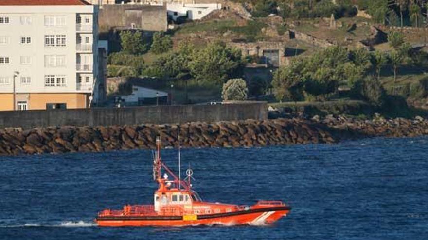 Salvamento abandona la búsqueda activa de los dos desaparecidos en Porto do Son tras volcar un kayak