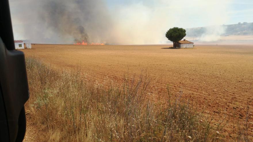 Medios de extinción de Zamora participan en un fuego aún activo en Orense