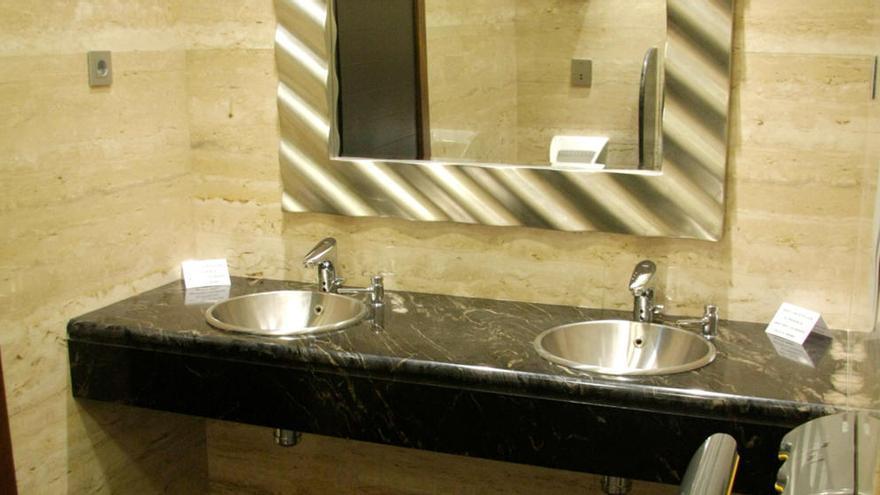 La zona del baño que acumula suciedad sin que lo notes y la clave para limpiarla