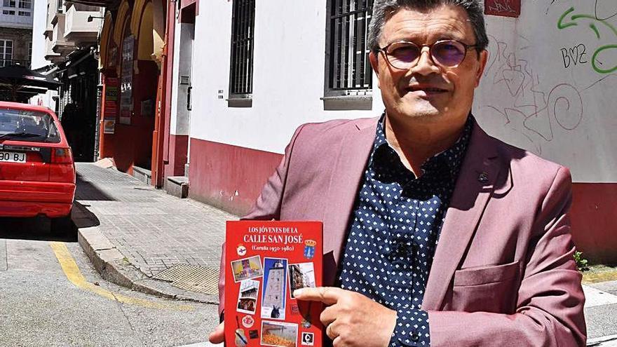 Francisco Santiso, en la calle San José, con el local que albergó el desaparecido cine Hércules a su espalda.   | // VÍCTOR ECHAVE